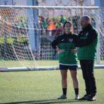 Jugadora de fútbol y entrenador